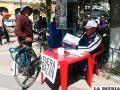 Los solicitantes aún continúan recolectando firmas en la plaza 10 de Febrero