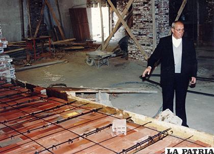 Padre Alfonso dirigiendo los trabajos de ampliación y restauración en los años 80