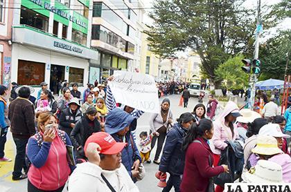 Padres de familia marcharon por las calles de Oruro /LA PATRIA