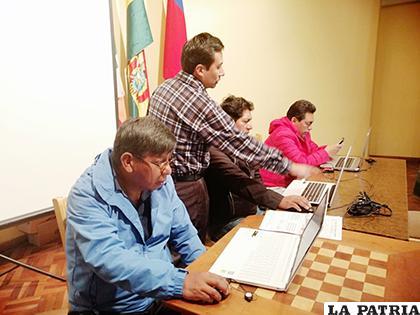 Técnicos durante la capacitación a comunarios sobre el PDTI / Amdeor