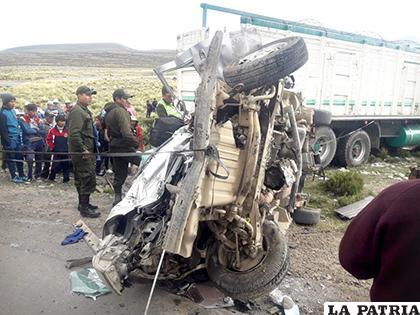 En la colisión entre un minibús y un camión, el primero quedó completamente destrozado /WHATSAPP