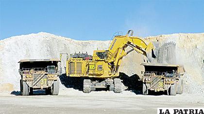 La incorporación de la mujer en faenas mineras, es un hecho en San Cristóbal. Conducen enormes volquetas en la zona