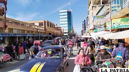 Personas y vehículos en exceso fue el panorama ayer por la mañana /LA PATRIA