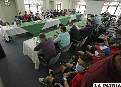 La reunión entre dirigentes y jugadores se realizó ayer en Cochabamba /APG