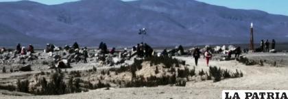 Personas esperan en la frontera /LA PATRIA