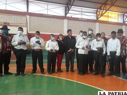 Los ocho beneficiarios junto a las autoridades de Toledo /LA PATRIA