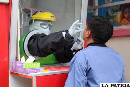 Personal de salud realiza la prueba antígeno nasal a un paciente /LA PATRIA