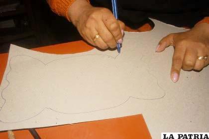 PASO 1 Dibujar dos figuras de un dulce en el cartón