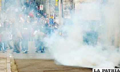 Sectores afiliados a la COB nuevamente convulsionaron las calles de La Paz y se enfrentaron a la Policía