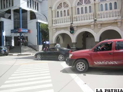 El conductor con su vehículo parado sobre el paso peatonal