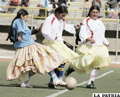 Un aspecto del encuentro de fútbol que jugaron los equipos conformados por cholitas paceñas