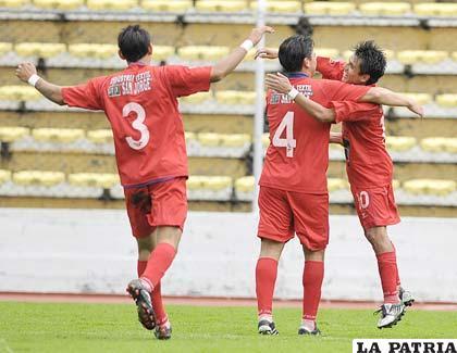 Jugadores de Guabirá, celebran el tercer gol que fue del triunfo.