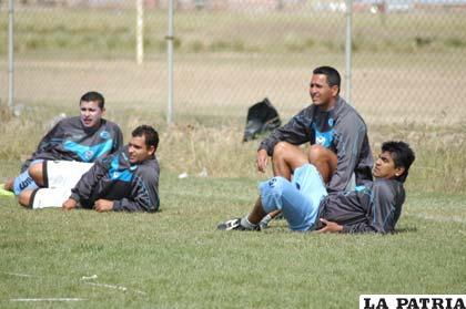 Jugadores de San José en el descanso tras la práctica que se cumplió ayer en la cancha del club.