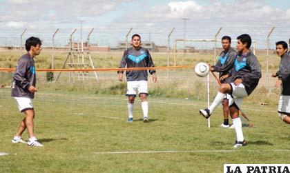 Con una sesión de fútbol tenis, ayer cerraron sus prácticas los jugadores de San José.