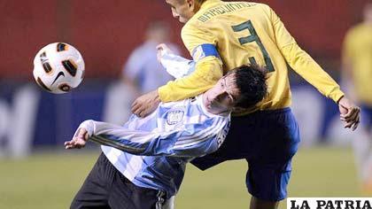 Andrada, de Argentina, pierde en las alturas con Marquinhos, el capitán de Brasil.