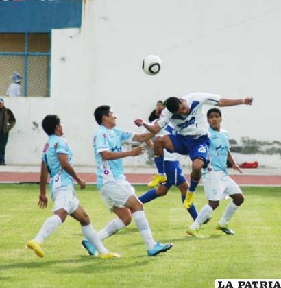 Cuando el balón llegaba a poder Joaquín Botero, siempre había tres defensores de Aurora para marcarlo.