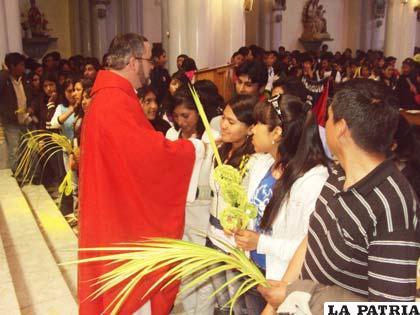 Obispo Bialasik se acerca a los jóvenes en Semana Santa