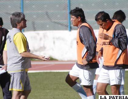 Marcelo Zuleta, instruye a Luis Palacios y Marco Paz en el entrenamiento de ayer