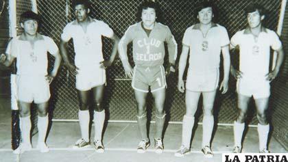 Equipo de fútbol de salón que participó en el torneo nacional de Cochabamba en 1977 (Julio Castellón, Zenobio Sarmiento, Edgar Aquino, Willy Quinteros y Orlando Aldana)