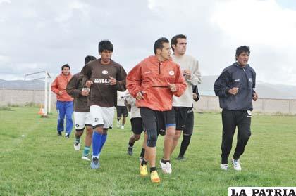 Jugadores del plantel de San José entrenan en su propia cancha