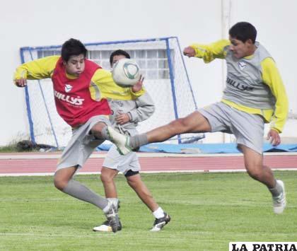 Irahola y Parrado disputan el balón en el entrenamiento de ayer