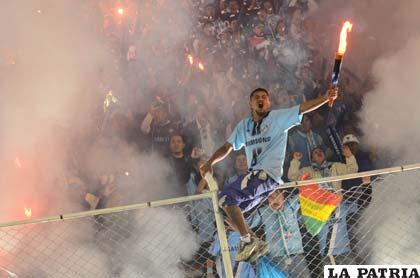 La fanaticada de Bolívar espera que su equipo logre un buen triunfo (Foto: APG)