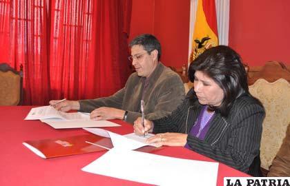 Firma de convenio, Freddy Koch de Swisscontact (i) y Rossío Pimentel, alcaldesa (d)