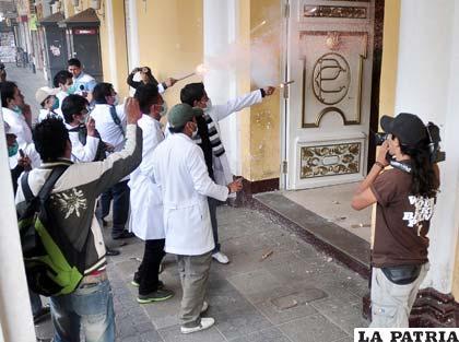 Estudiantes de medicina causan destrozos en la Gobernación (Foto APG)