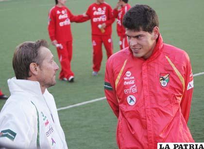 Carlos Lampe conversa con el ayudante de campo de la selección (Foto: APG)
