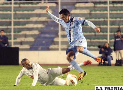Jhasmani Campos fue la figura del partido al anotar los dos goles de Bolívar (Foto: Daniel Rodrigo)