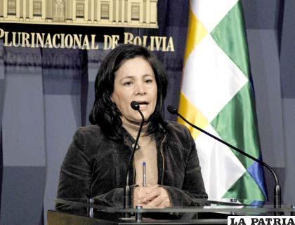 La ministra de comunicación, Amanda Dávila asegura que el Estado no está en condiciones de cumplir con un incremento salarial de 8.300 bolivianos (Foto ABI)