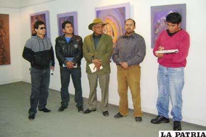 Jesús Céspedes (centro), junto a sus compañeros artistas
