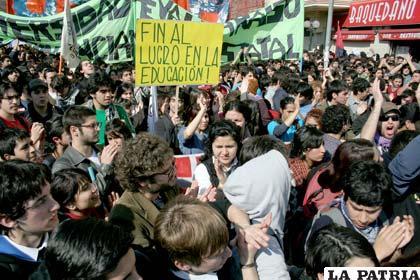 Representantes del gobierno chileno destaca marcha pacífica de universitarios (Foto: todosloscaminoshaciati.blogspot.com)