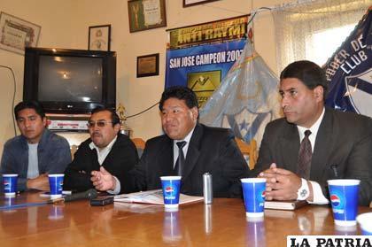Walter Mamani junto a dos dirigentes en la conferencia de prensa