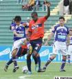 Una acción del partido de ida que se disputó en Sucre (Foto: APG)