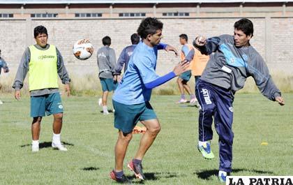 Los jugadores Palacios, Carrizo y Cabrera en la práctica del cuadro orureño