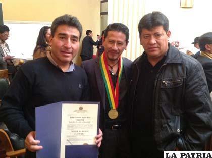Recibieron la mayor condecoración del Estado boliviano