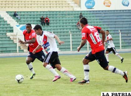 Gastón Mealla y Augusto Andaveris en procura de ganar el balón