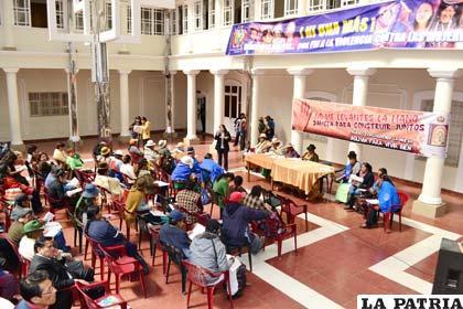 Cumbre de mujeres realizada en el hall de la Gobernación