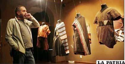Cristóbal Gil, de la Fundación Palliri, observa la colección de tejidos