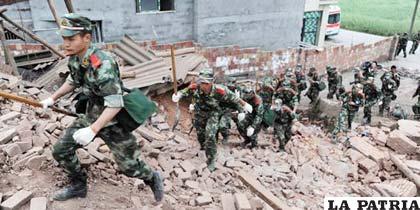 Grupo de rescate del Ejército chino en la zona del desastre