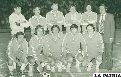Con el club Huracán participó en el sudamericano de fútbol de salón en 1980