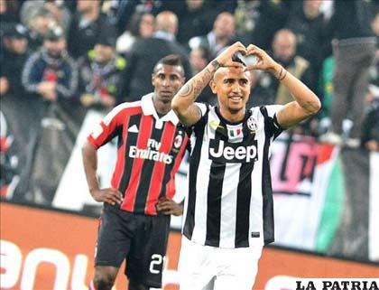 Arturo Vidal celebra el gol de Juventus que venció a Milan