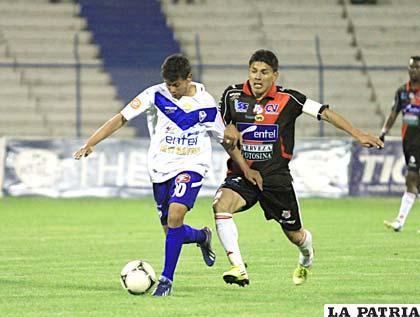 Gomes y Hurtado disputan el balón