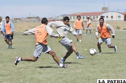 Reyes domina el esférico ante la marca de Sánchez y García