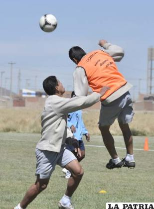 Saucedo y Dury disputan el balón