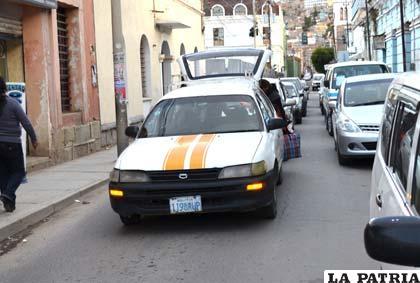 El conductor se detuvo en el centro de la vía ocasionando congestionamiento vehicular