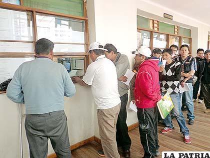 Servidores públicos que se disponían a cobrar su sueldo