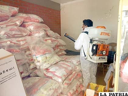 Centros de Salud son desinfectados por personal del Sedes