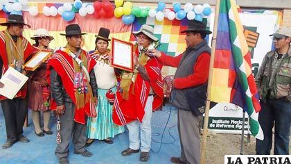 Entrega de títulos ejecutoriales a la comunidad de Jatita